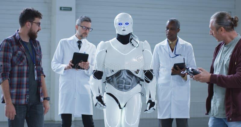 Wetenschappers die robotsbeweging testen stock foto