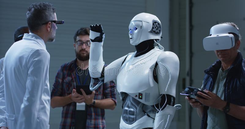 Wetenschappers die robotsgebaren testen stock foto