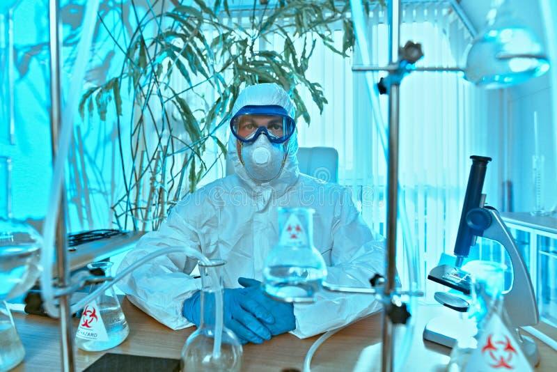 Wetenschappers in een laboratorium stock afbeeldingen