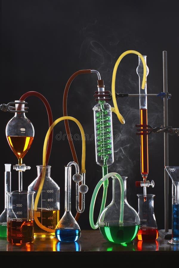 Wetenschapsmateriaal met inbegrip van reageerbuizen en flessen royalty-vrije stock fotografie