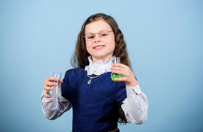 wetenschapsonderzoek naar laboratorium Klein geniemeisje Bilogyles van de kindstudie Ontdek toekomst Terug naar School Onderwijs  stock foto's