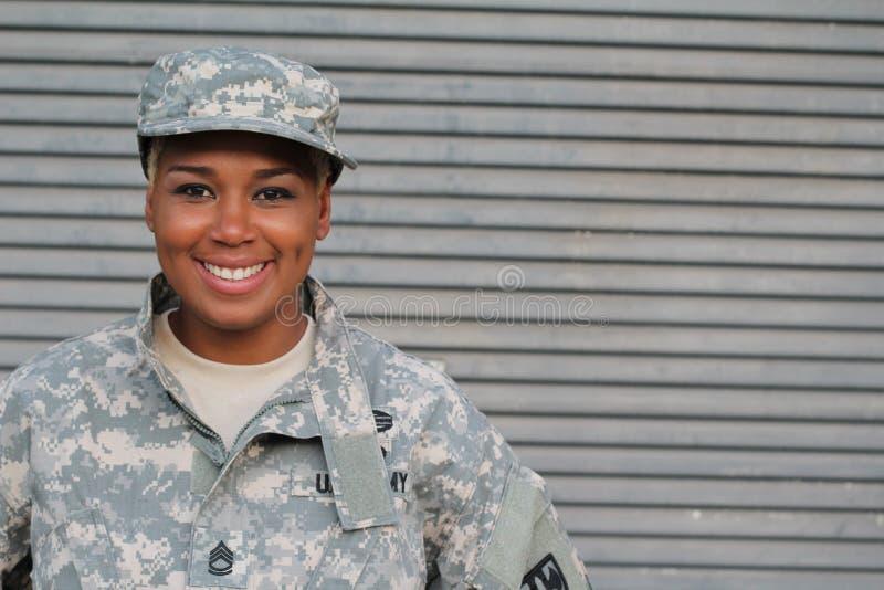 Weterana żołnierza ono uśmiecha się Amerykanin Afrykańskiego Pochodzenia kobieta w wojskowym obraz royalty free