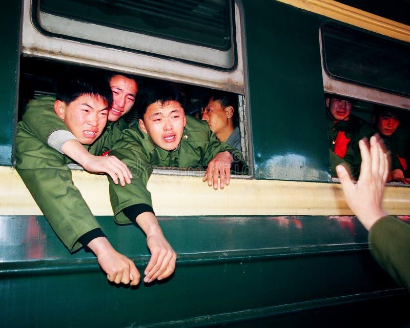 Weterani przechodzić na emeryturę, siedzą na pociągu mówić kompany, do widzenia żołnierze płaczący z czerwonymi kwiatami obrazy stock
