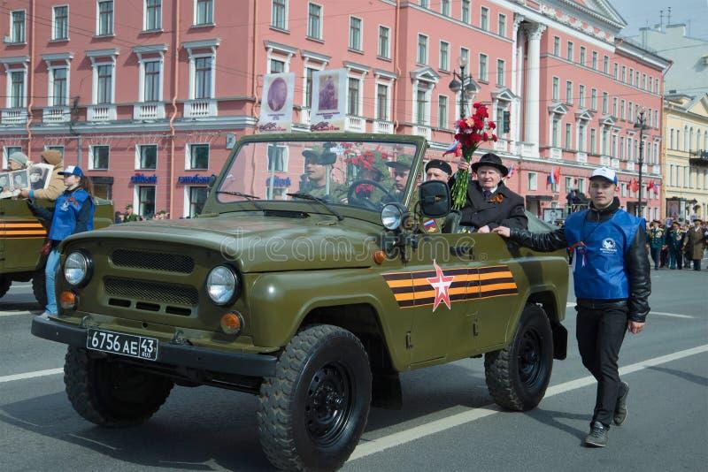 Weterani Wielka Patriotyczna wojna w UAZ samochodzie Świąteczny korowód wzdłuż Nevsky Prospekt na zwycięstwo dniu fotografia royalty free