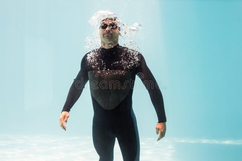 Wetsuit de port de jeune homme photos stock