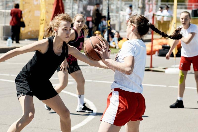 Wettbewerbe auf dem Basketball der Obdachlosen stockbilder