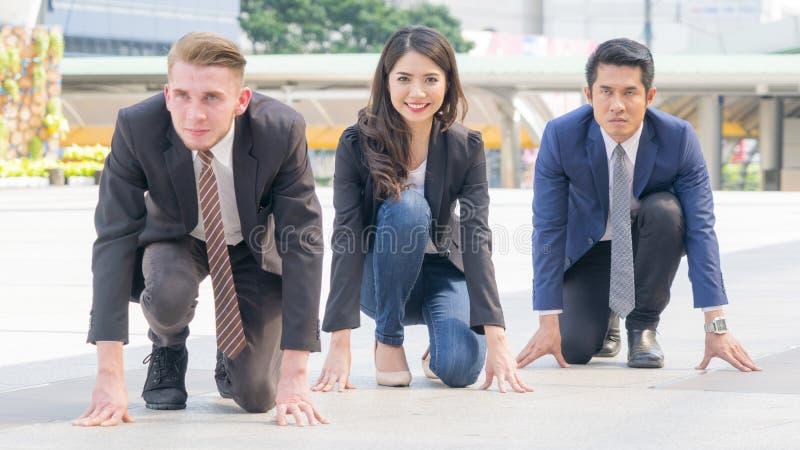 Wettbewerbsfähige Geschäftsleute in der intelligenten Reihe und im Stoff sitzen und vor lizenzfreie stockfotos