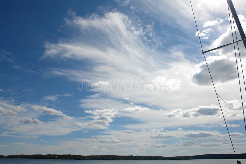 Wettbewerbssegelboote auf goldenem See Süd-Ural stockfoto