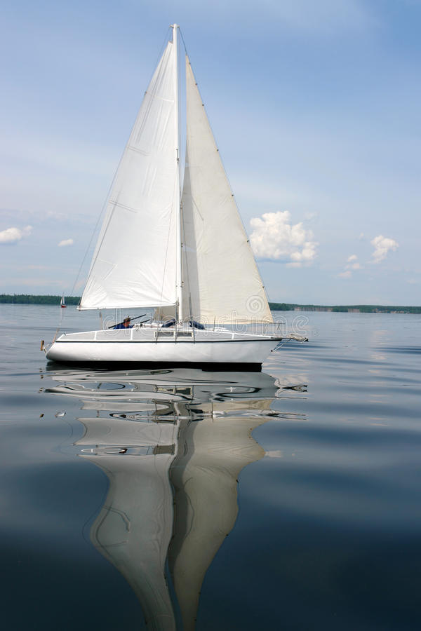 Wettbewerbssegelboote auf goldenem See Süd-Ural lizenzfreie stockbilder