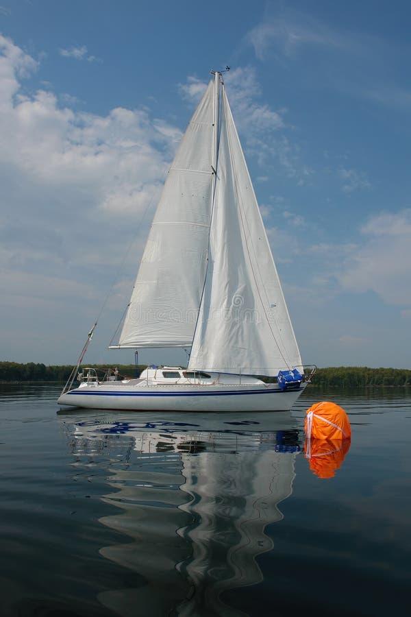 Wettbewerbssegelboote auf goldenem See Süd-Ural lizenzfreies stockbild