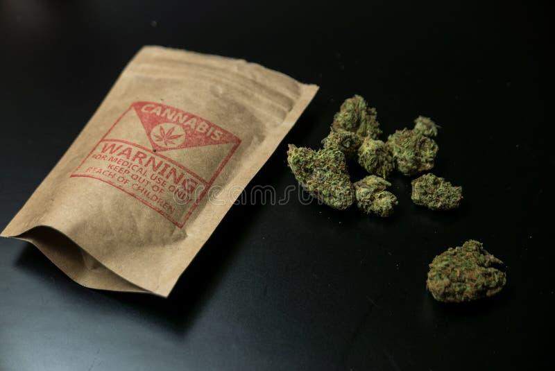 Wettelijk Cannabisbloemen en Pakket royalty-vrije stock afbeeldingen