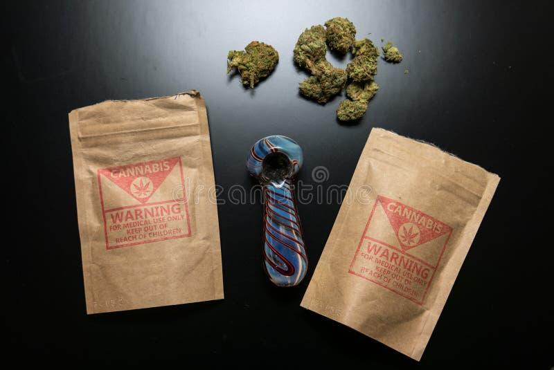 Wettelijke Cannabispakketten en Pijp stock afbeelding