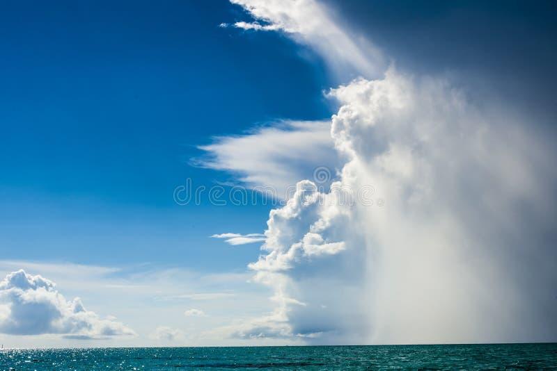 Wetter in den Tropes ändert sehr schnell stockfotos