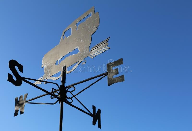 Wetter Vane North East South West mit klarem blauem Himmel stockbilder