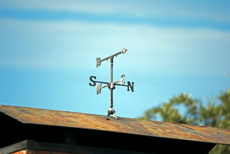 Wetterfahne auf verrostetem Dach lizenzfreies stockbild