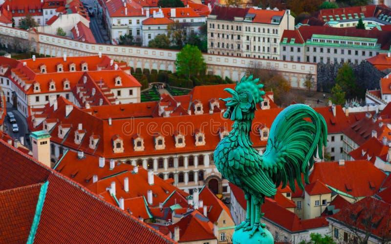 Wetterhahn auf dem Dach, Tscheche, Prag, Stadtansicht Prag-archit stockfotografie