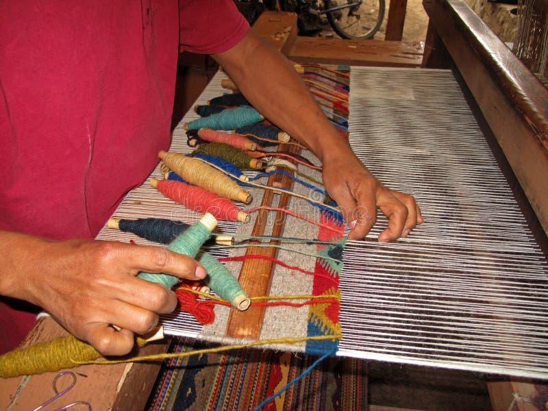 Wevend met een oud traditioneel weefgetouw, Teotitlan, Mexiko stock afbeeldingen