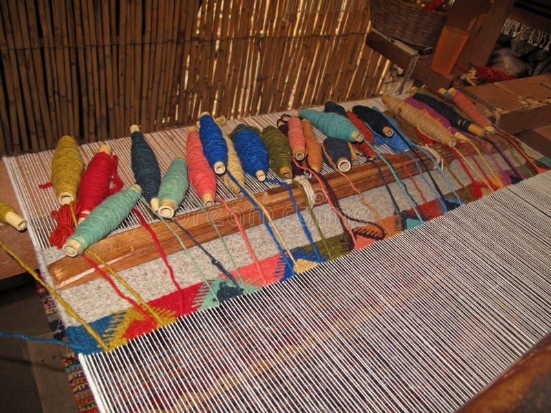 Wevend met een oud traditioneel weefgetouw, Teotitlan, Mexiko stock foto