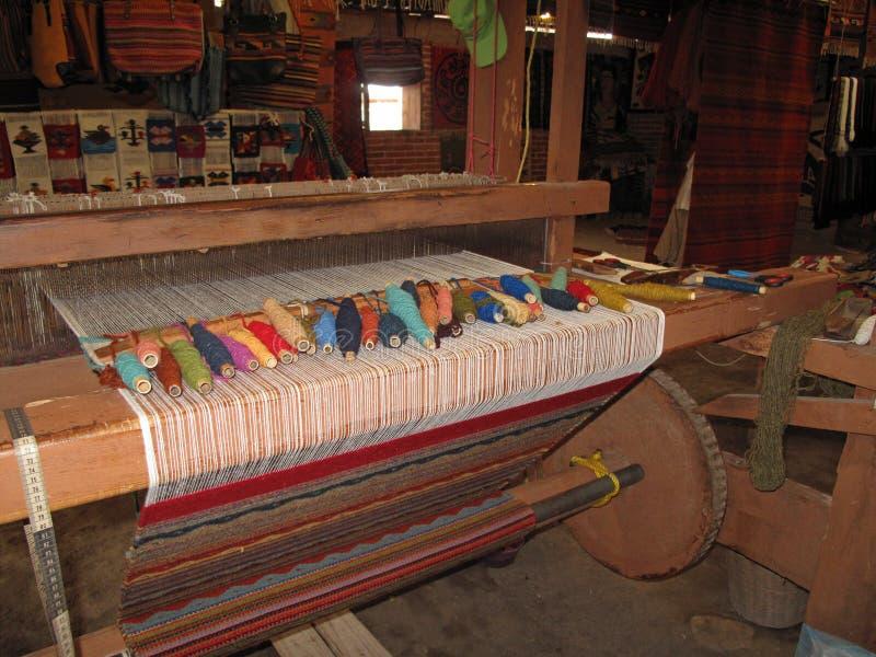 Wevend met een oud traditioneel weefgetouw, Teotitlan, Mexiko royalty-vrije stock afbeeldingen
