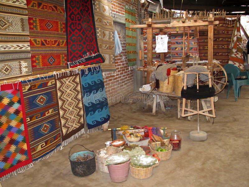 Wevend met een oud traditioneel weefgetouw, Teotitlan, Mexiko royalty-vrije stock foto
