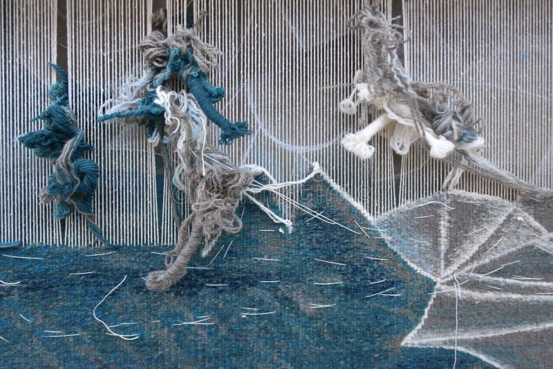 Wevend tapijtwerk op een weefgetouw royalty-vrije stock afbeelding