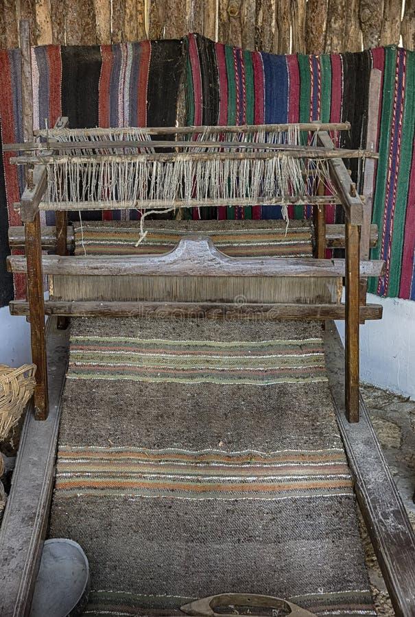 Wevend weefgetouw met deken stock foto