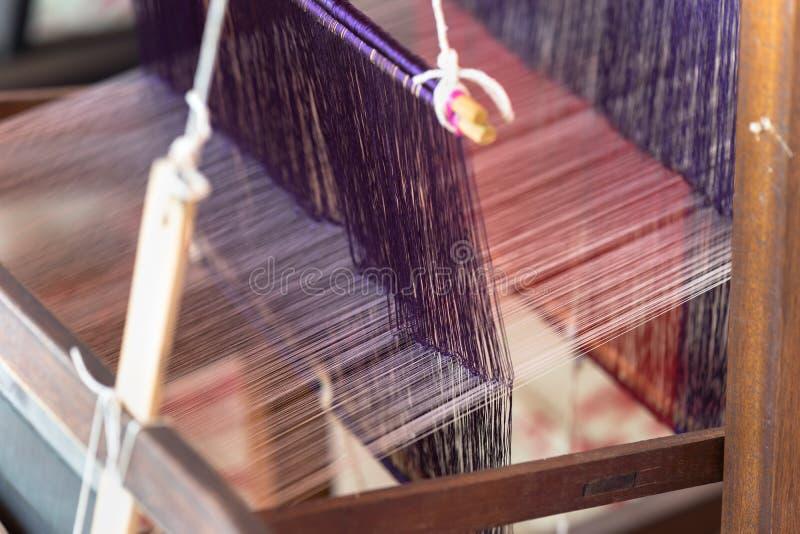 Wevende zijde op traditionele manier met handweefgetouw in Vietnam, close-up stock foto