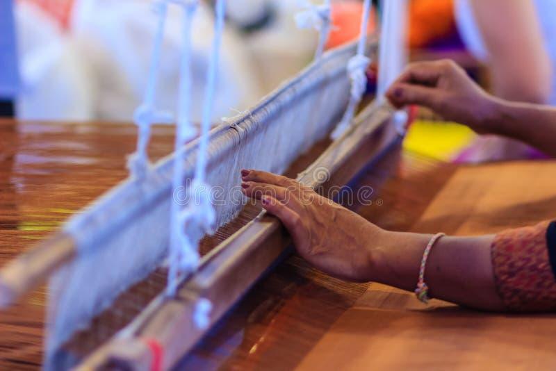 Wever die klein weefgetouw of wevende machine om stof met behulp van te weven W royalty-vrije stock foto