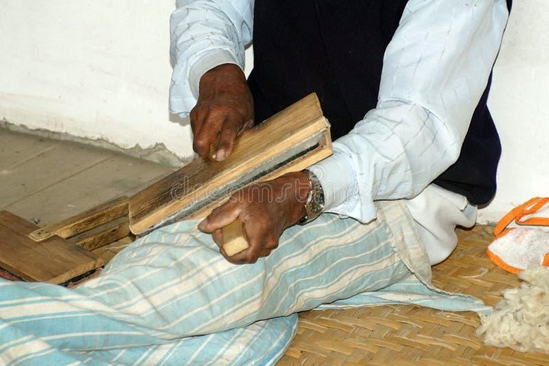 Wevers kamwol in Ecuador stock foto