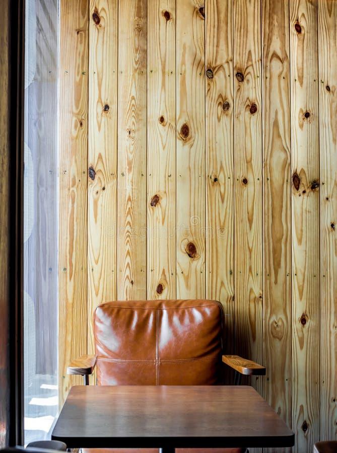 Wewnętrzna kawiarnia z jasnobrązową rocznik skóry kanapą zdjęcia stock