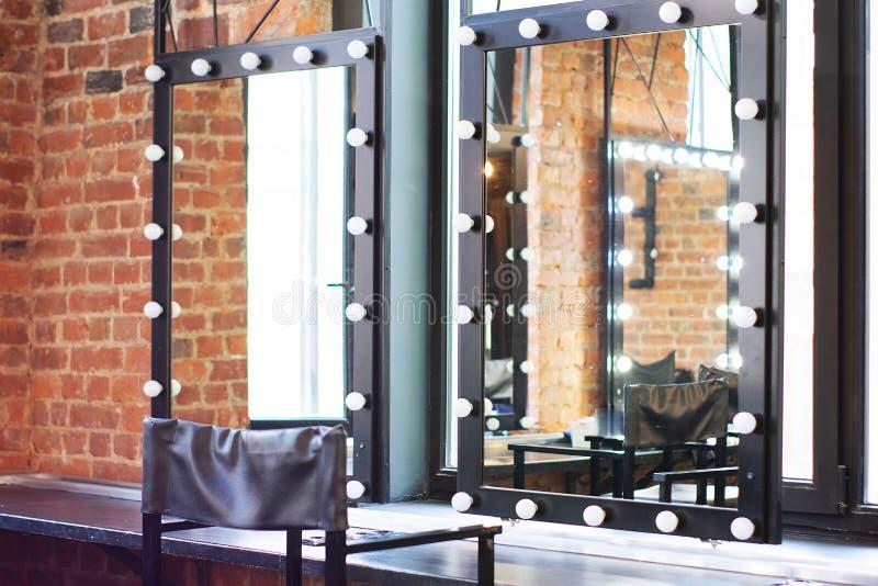 Wewnętrzna przebieralnia z krzesłem, stołem, lustrem i światłem w fotografii studiu, fotografia stock