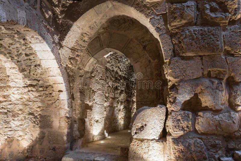 Wewnętrzna sala w Ajloun kasztelu, także znać jako Qalat ar, jest 12 th wieka muzułmanina kasztelem lokalizującym w północno-zach obraz royalty free