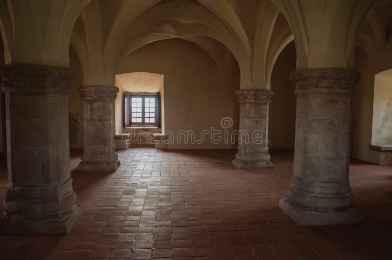 Wewnętrzna sala z kolumnami przy kasztelem Evoramonte zdjęcia royalty free