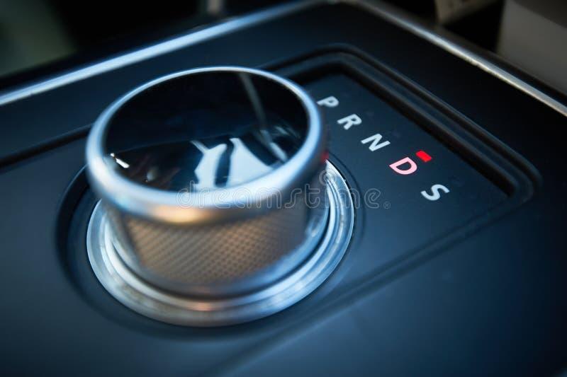wewnętrzna samochodu w skórzany prędkość strony pojazdu Automatycznego przekazu zwrota tarczy przekładni przesunięcie okrągły ksz zdjęcie stock
