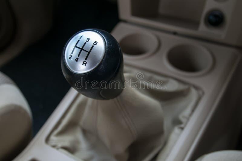 wewnętrzna samochodu w skórzany prędkość strony pojazdu Ręcznego przekazu przekładni przesunięcie fotografia stock