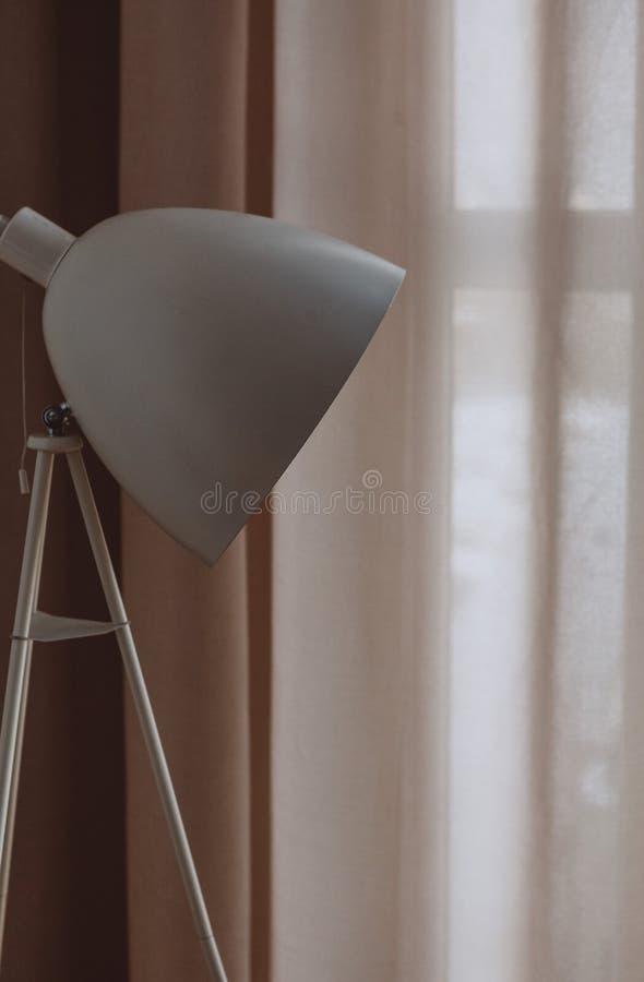 Wewnętrznego sypialni loft stylu tkanin lampowa zasłona obraz royalty free