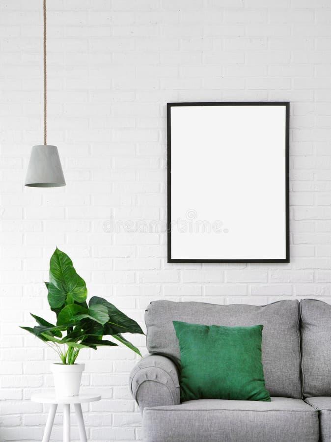 Wewnętrznej kanapa kwiatu obrazka poduszki lampowy pokój obraz stock