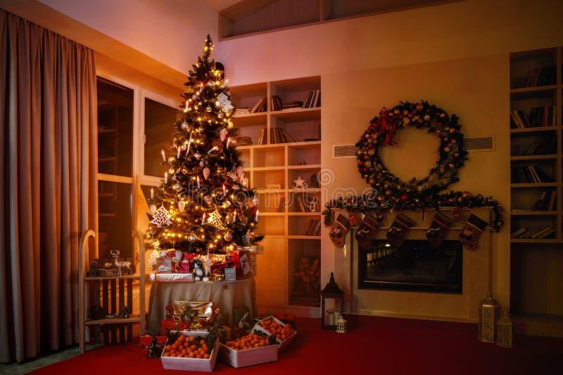 Wewnętrzni boże narodzenia magiczny rozjarzony drzewo, graba prezenty w zmroku przy nocą obraz stock
