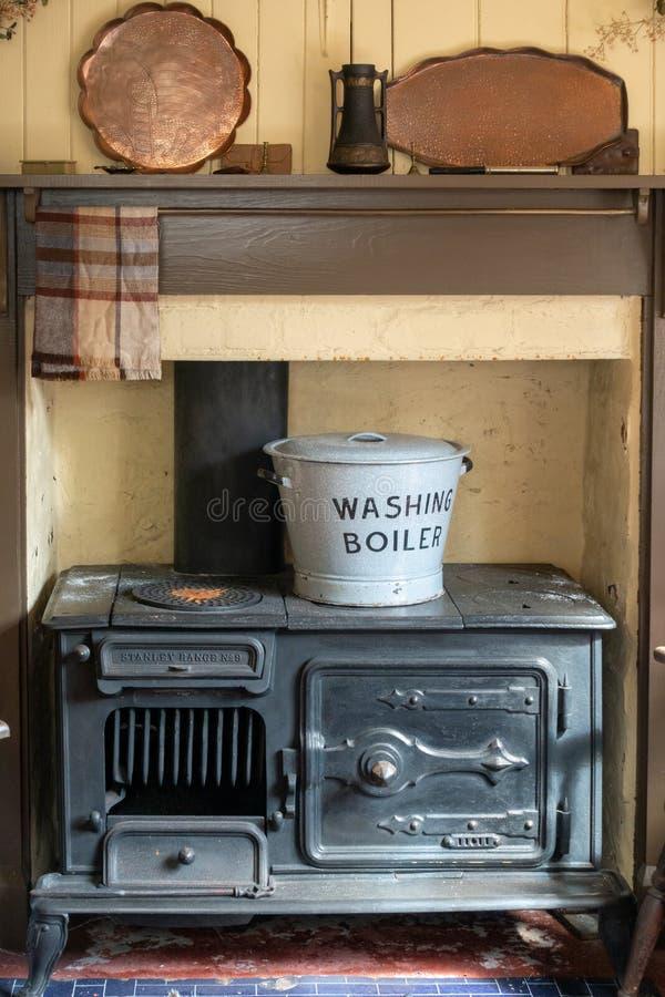 Wewnętrzny ślusarza tarasu dom przy St Fagans muzeum narodowym historia w Cardiff na Kwietniu 27, 2019 zdjęcie stock