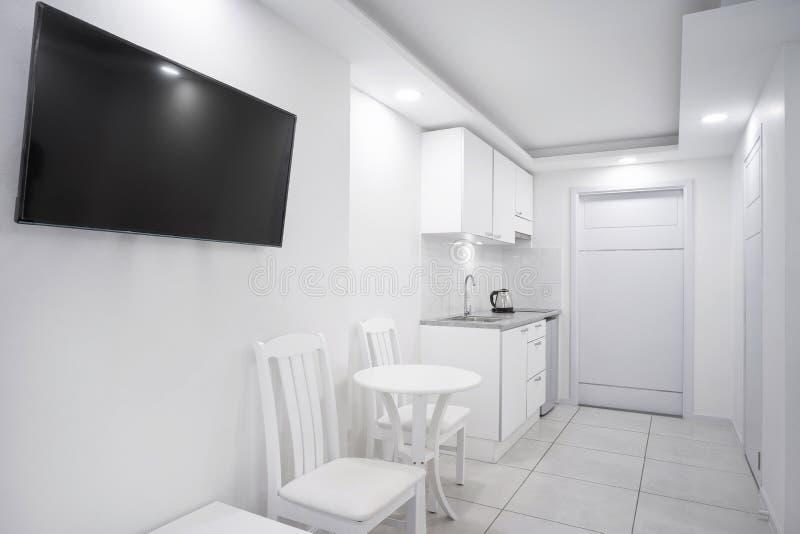 Wewnętrzny biały sypialnia projekta egzamin próbny w górę gabloty wystawowej dla butika mieszkania lub pokoju hotelowego obraz stock