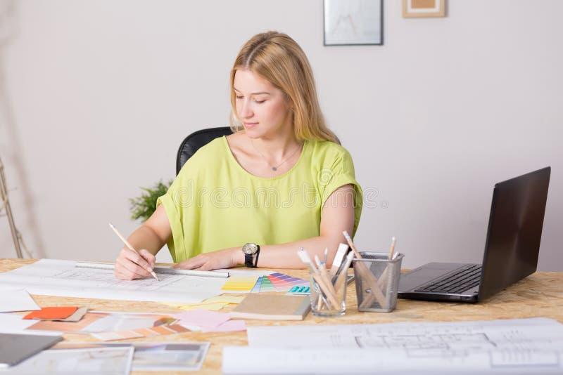 Wewnętrzny decorator rysuje nowego projekt obrazy royalty free