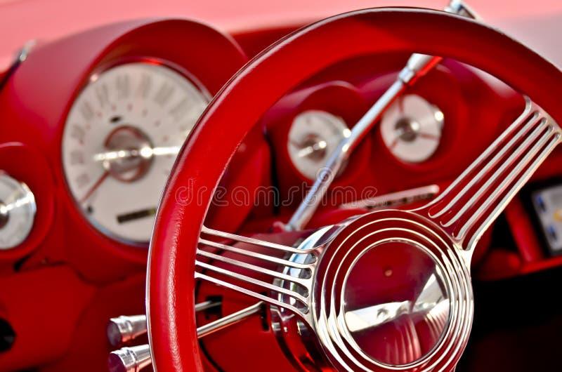 Wewnętrzny deski rozdzielczej i kierownicy Czerwony Klasyczny samochód zdjęcie stock