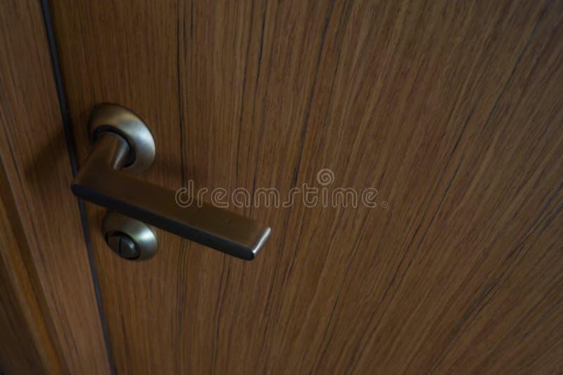 Wewnętrzny drzwi, drzwiowej rękojeści drzwiowej rękojeści fornir zdjęcie royalty free