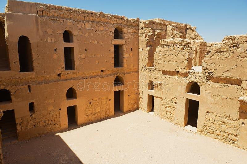 Wewnętrzny jard zaniechany pustynia kasztel Qasr Kharana Kharanah lub Harrana blisko Amman, Jordania obrazy royalty free