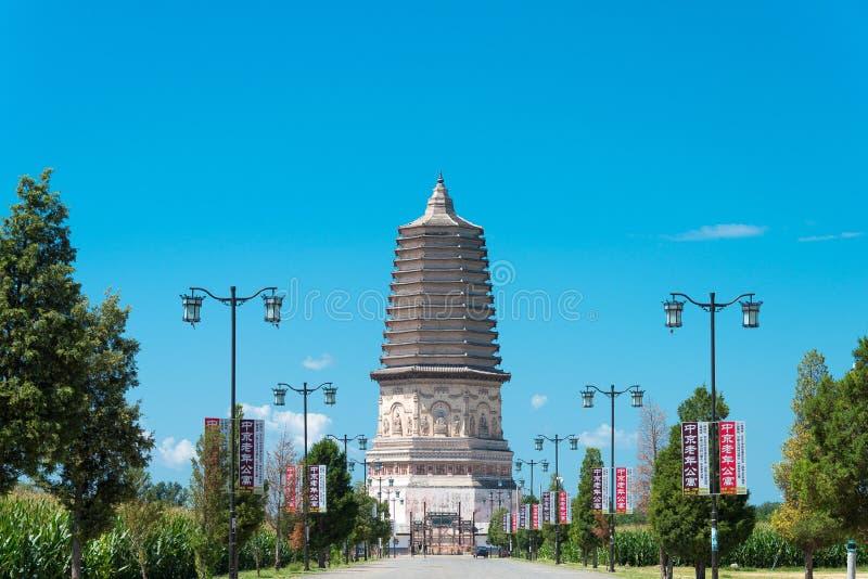 WEWNĘTRZNY MONGOLIA CHINY, Aug, - 08 2015: Daming pagoda przy (Damingta) obraz royalty free