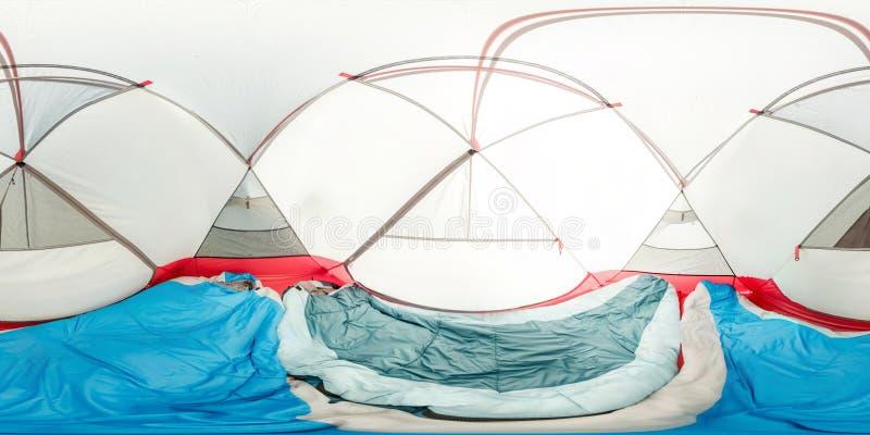 Wewnętrzny namiot wśrodku widoku, dwa sypialnej torby, maty Ba?czasta panorama 360vr zdjęcie stock