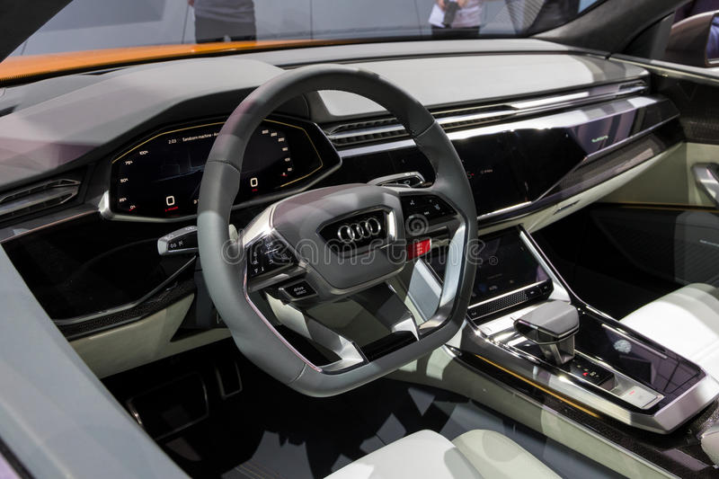 Wewnętrzny nowy Audi Q8 samochód zdjęcia stock