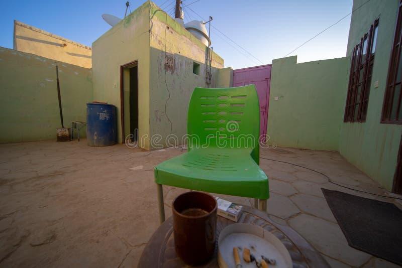 Wewnętrzny podwórze w Nubijskim pensjonacie w Sudan z widokiem obmycie domu przed śniadaniowym stołem z kawą i obraz royalty free