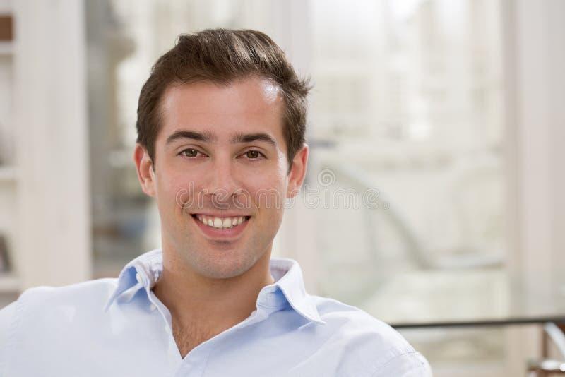 Wewnętrzny portret patrzeć zrelaksowanej szczęśliwej samiec zdjęcia stock