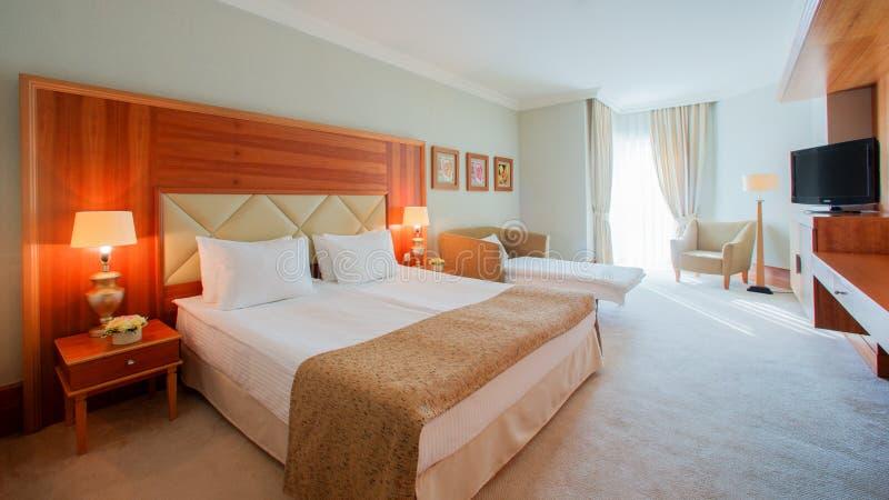 Wewnętrzny projekt Duża nowożytna sypialnia obraz royalty free